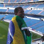 Aluno com bandeira do Brasil no Estádio Santiago Bernabéu