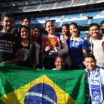 Alunos com a bandeira do Brasil na estádio Santiago Bernabé