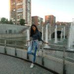 Ellien Barbosa, ao lado de uma fonte