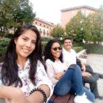 Ellien Barbosa, sentado em um banco do parque