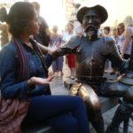 Ellien Barbosa, ao lado de uma estátua de Don Quixote de la Mancha