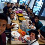 Luis Lima, com seus colegas no curso de culinária