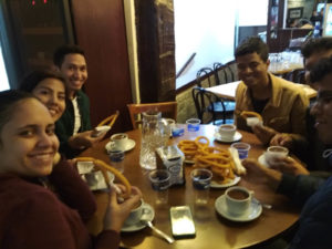 Estudiantes tomando chocolate con churros