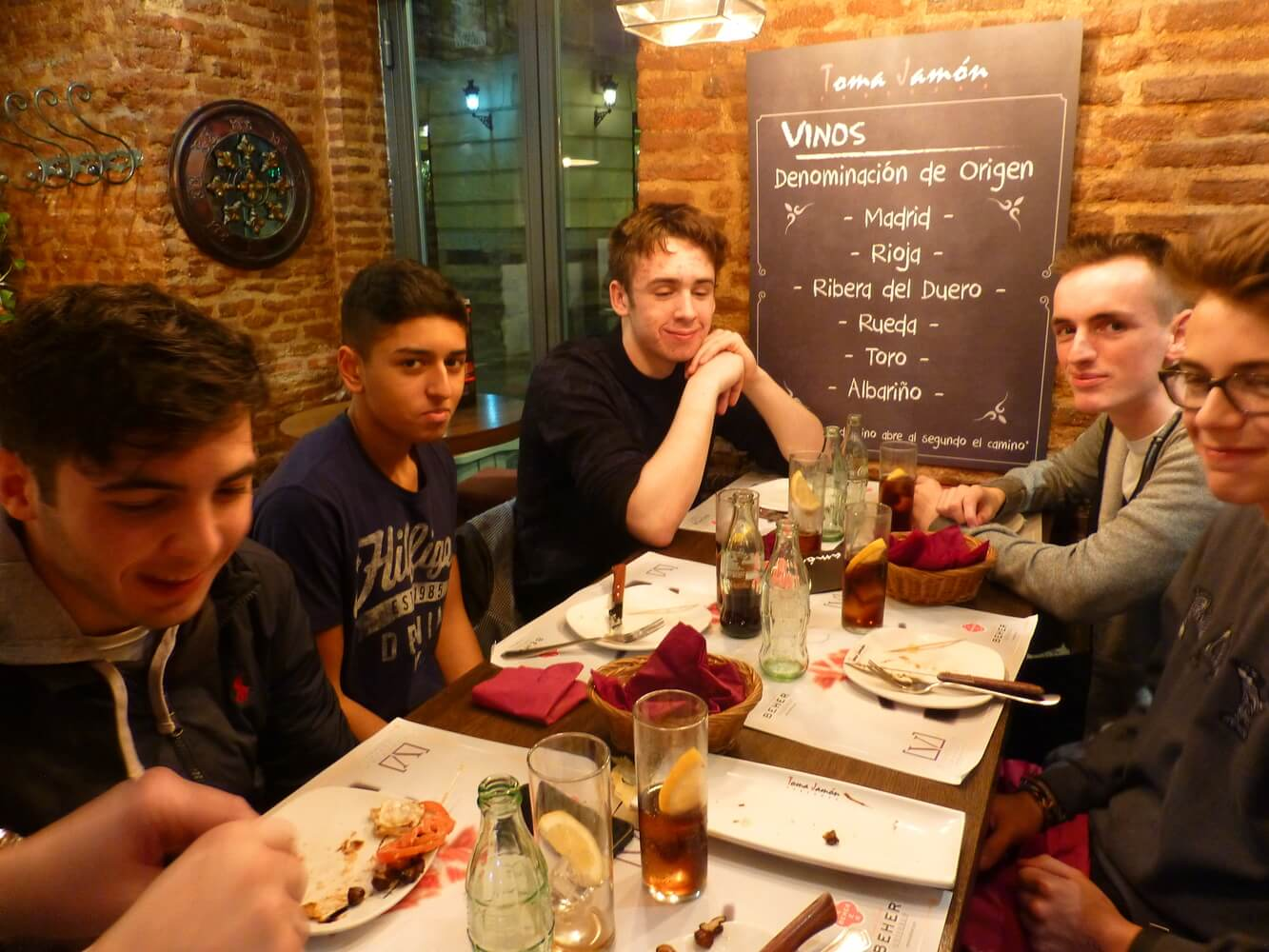 Visit of students of Manchester Grammar School, Dining in a restaurant