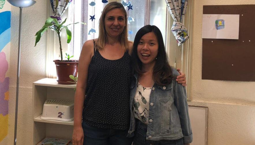 Estudiante del curso de español de larga duración Celia con Susana, su profesora