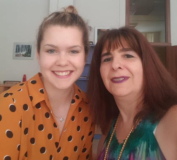 Annika con Claudia, su mentora en la Escuela Coral de Madrid.