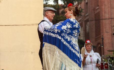 Hombre y mujer bailando en las fiestas de La Paloma