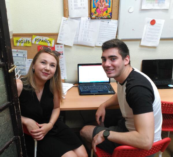 ana und Torben, in einem Moment ihres Praktikums bei TANDEM Madrid.