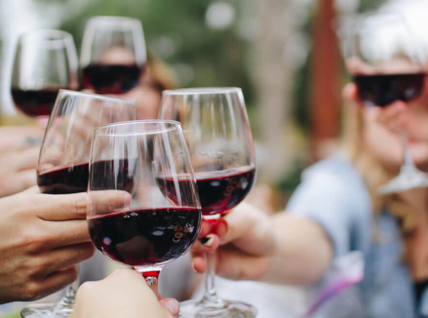 Personas brindando con vino