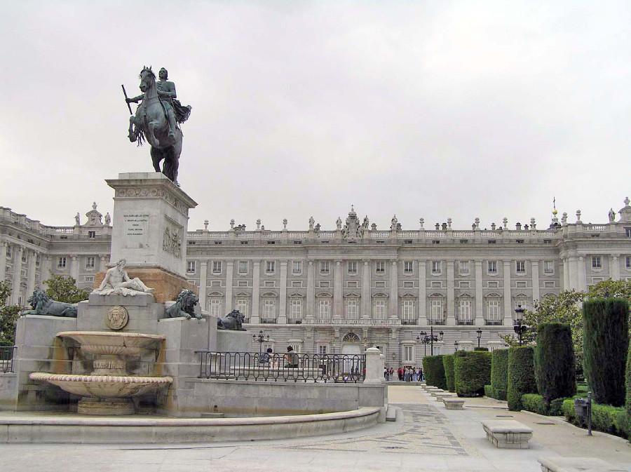 Estatua del caballo en la Plaza de Oriente, Madrid