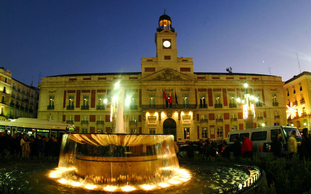 Puerta del sol madrid at night learn spanish in madrid for Hospedaje puerta del sol