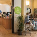 TANDEM Madrid, Empfangsansicht mit 2 Studenten