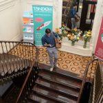 TANDEM Madrid, escalier avec bannière et étudiant